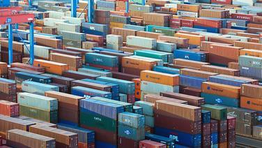 Container werden auf dem HHLA-Terminal in Altenwerder im Hamburger Hafen umgeschlagen. © dpa Fotograf: Christian Charisius