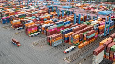 Container Terminal Altenwerder im Hamburger Hafen.   picture alliance / dpa
