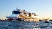 """Die """"AIDAmar"""" fährt während der Cruise Days 2012 durch den Hamburger Hafen. © NDR Foto: Christine Raczka"""