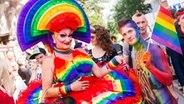 Zwei Teilnehmer des 35. Christopher-Street-Days (CSD) präsentieren am 01.08.2015 in Hamburg ihre Kostüme. © dpa Foto: Daniel Bockwoldt