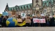 Schüler demonstrieren vor dem Hamburger Rathaus für Umweltschutz  Foto: Karsten Sekund