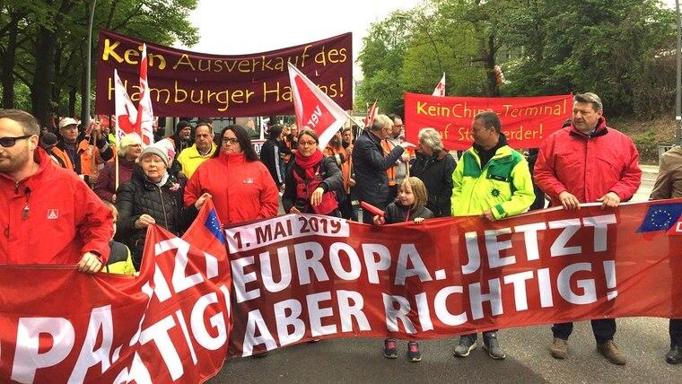 Menschen versammeln sich bei der DGB-Demo in Hamburg. © NDR Foto: Helene BuchholzNDR