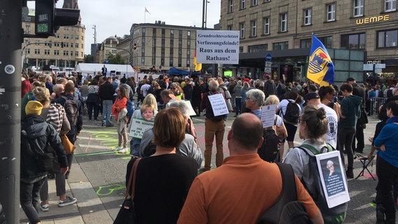 Menschen demonstrieren in der Hamburger Innenstadt gegen die Corona-Maßnhamen. © NDR Foto: Jörn Straehler-Pohl