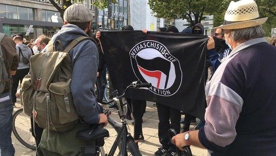 """Menschen, die gegen die Demonstration der Gruppe !Querdenken"""" demonstrieren, stehen in der Hamburger Innenstadt. © NDR Foto: Jörn Straehler-Pohl"""