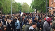Video: Hunderte bei Mai-Demos in Hamburg