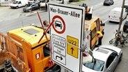 Ein Verkehrsschild zum Diesel-Fahrverbot in Hamburg-Altona wird montiert. © picture alliance / dpa Fotograf: Daniel Bockwoldt