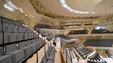 Die Ränge im großen Saal der Elbphilharmonie sind terrassenförmig angelegt. © dpa Bildfunk Fotograf: Axel Heimken