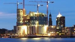 Hell erleuchtete Baustelle der Elbphilharmonie © dpa Fotograf: Marcus Brandt