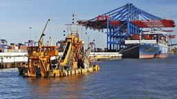 Ein Baggerschiff auf der Elbe im Hamburger Hafen.