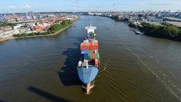 Ein Containerfrachter fährt im Hamburger Hafen über die Elbe. © dpa-Bildfunk Fotograf: Daniel Reinhardt