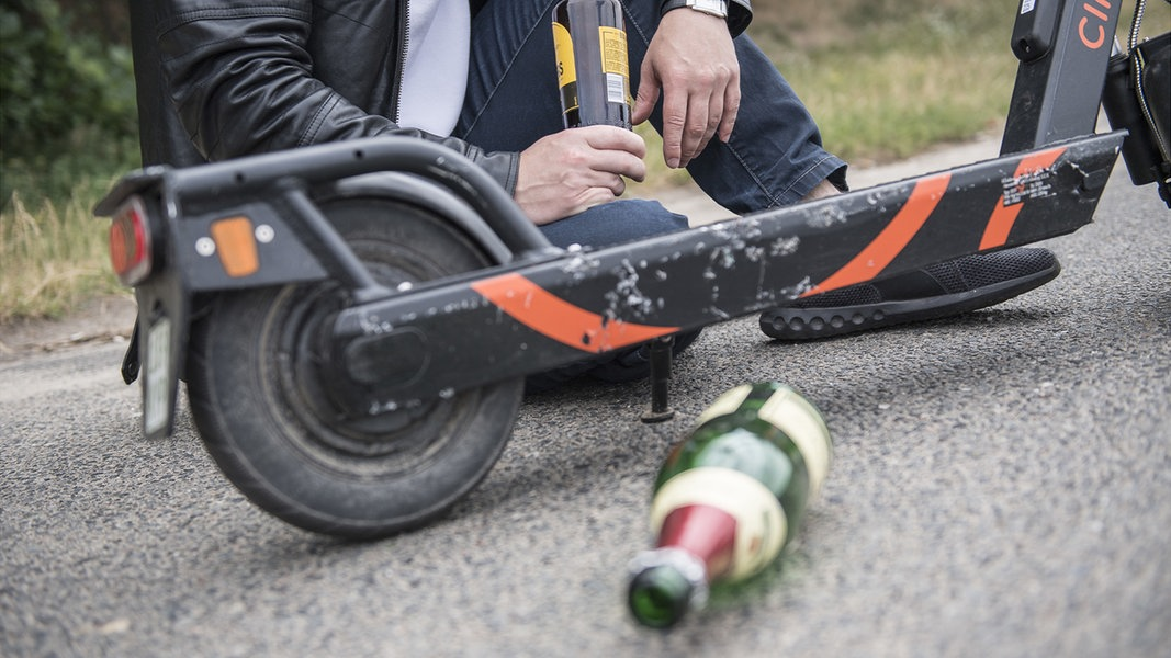 Polizei stoppt betrunkene Briten auf E-Scootern