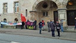Vor dem Amtsgericht Hamburg protestieren Demonstranten für die Freilassung des G20-Gegners Fabio V. © NDR Foto: Ulrich Smidt