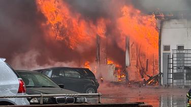Die Hamburger Feuerwehr löscht einen Brand im Stadtteil Billbrook.   TV News Kontor