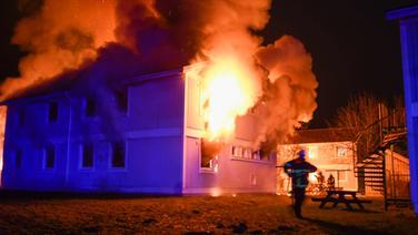 Gebäude einer Flüchtlingsunterkunft steht in Flammen   René Schröder - Fotografie