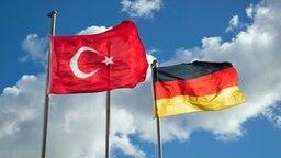 Die deutsche und die türkische Flagge sind in Hamburg an Fahnenmasten vor der DITIB Merkez Mescid-i Aksa Moschee zu sehen. © dpa Fotograf: Christian Charisius