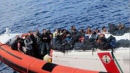 Syrische Flüchtlinge, die von einem Hamburger Frachter aus Seenot gerettet wurden. © Reederei Offen Foto: Reederei Offen