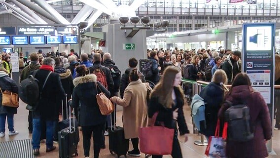 Lange Warteschlangen am Hamburg Airport. © Nonstop News Foto: Screenshot
