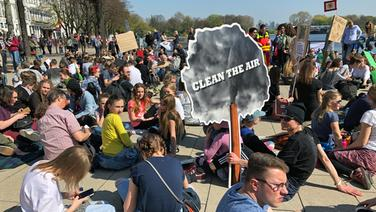 Jugendliche halten eine Mahnwache ab für mehr Klimaschutz am Jungfernstieg. | NDR