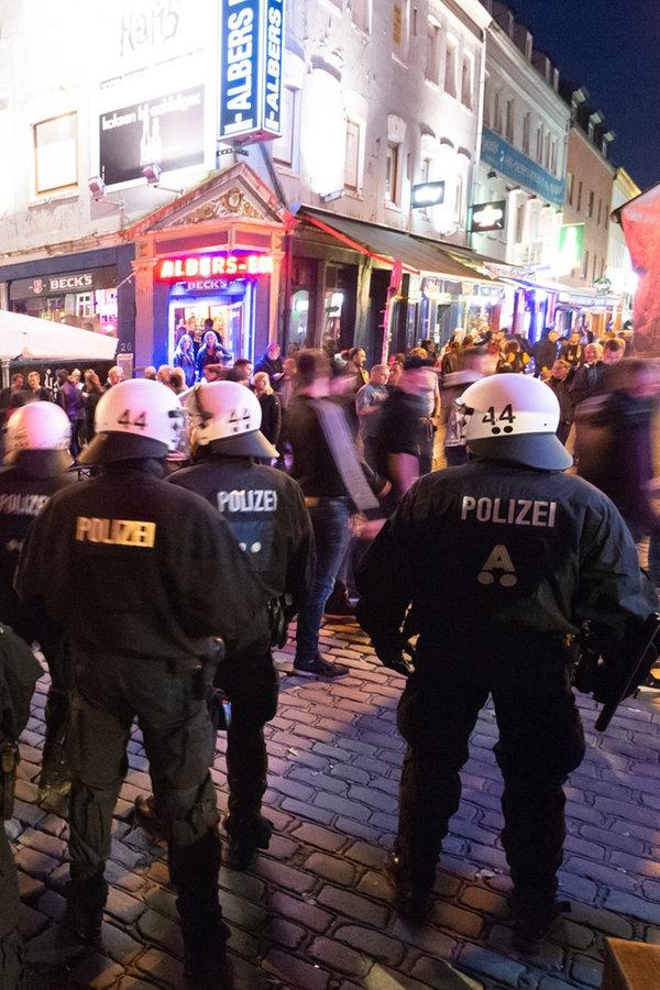 Derby: Polizei trennt Fußballfans auf St. Pauli