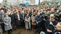 Hunderte Menschen, darunter zahlreiche Spitzenpolitiker, gedenken auf dem Hamburger Rathausmarkt der Opfer der Bluttat von Hanau. © picture alliance / dpa Foto: Markus Scholz