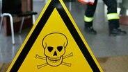 Warnschild vor giftigen Substanzen. © dpa