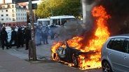 "Ein Auto brennt am Rande der ""Welcome to Hell""-Demonstration © dpa-Bildfunk Fotograf: Bodo Marks"