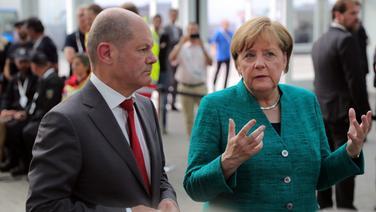 Bundeskanzlerin Angela Merkel und Hamburgs Erster Bürgermeister Olaf Scholz beantworten  in Hamburg nach dem Ende des G20-Gipfels Fragen von Journalisten zu den Ausschreitungen von gewaltbereiten Gipfelgegnern und den Polizeieinsätzen der letzten Tage. © dpa-Bildfunk Fotograf: Jens Büttner/dpa-Zentralbild