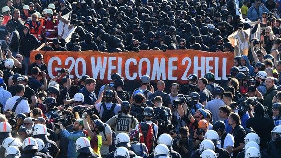 Krawalle an G-20-Gipfel: Angeklagter mit Applaus im Gericht begrüsst