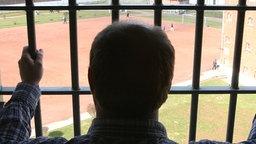 Ein Mann schaut aus der Zelle einer Strafanstalt. © dpa Foto: Maurizio Gambarini