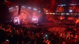 """Tausende Zuschauer feiern am 06.07.2017 in der Barclay-Arena das Konzert zu """"Global Citizen"""". © dpa Bildfunk Fotograf: Daniel Reinhardt"""