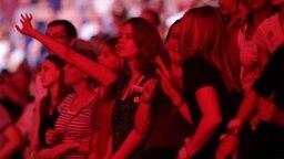 Zuschauer feiern am 06.07.2017 in Hamburg beim ersten Global Citizen Festival-Konzert. © NDR Fotograf: Axel Herzig