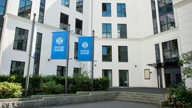 Das Logo des Software-Unternehmens Goodgame Studios ist in Hamburg auf Fahnen vor den Brorumen des Unternehmens zu sehen  dpa Fotograf Daniel Reinhardt