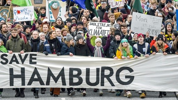 "Die Klimaschutzaktivistin Greta Thunberg läuft mit Teilnehmern der Klima-Demonstration ""Fridays for Future"" durch Hamburg. © picture alliance / dpa Foto: Axel Heimken"