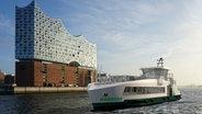Die Computer-Visualisierung zeigt das neue HADAG-Typ-Schiff 2030 im Hamburger Hafen vor der Elb-Philharmonie. Es wurde am 20.12.2019 in Hamburg vorgestellt. © picture alliance/HADAG/dpa