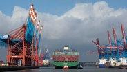 Le porte-conteneurs China Shipping Container Lines CSCL Océan Atlantique amarré dans le port de Hambourg avec le soutien de remorqueurs au terminal à conteneurs Eurogate. © dpa-Bildfunk Photo: Christian Charisius
