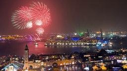 """Ein Feuerwerk erhellt beim 826. Hamburger Hafengeburtstag den Himmel über den Landungsbrücken, während das Kreuzfahrtschiff """"AIDAbella"""" über die Elbe fährt. © dpa Fotograf: Daniel Bockwoldt"""