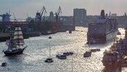 Schiffe im Hamburger Hafen während des Hafengeburtstags. © imago images/chromorange