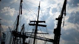Takelage vor wolkigem Himmel im Hamburger Hafen Fotograf: Daniel Reinhardt