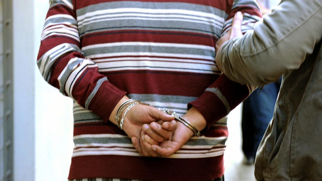 Frau mit Nacktfotos erpresst: Mann in U-Haft