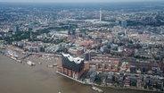 Blick aus Luft auf den Hamburger Hafen mit der Elbphilharmonie, der Hafencity, den Landungsbrücken und dem Fernsehturm. © dpa/picture alliance Foto: Daniel Bockwoldt