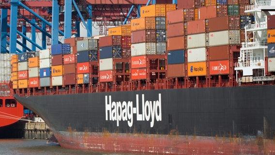 Ein Containerschiff der Reederei Hapag-Lloyd liegt am Terminal Burchardkai in Hamburg. © picture alliance / dpa Foto: Christian Charisius