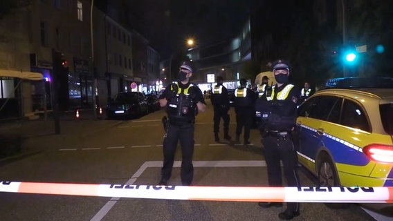 Polizeibeamte sperren den Tatort in Harburg ab. © TV Elbnews Foto: Screenshot