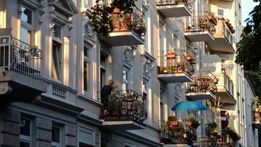 Die Balkone von Mietshäusern in Hamburg. © picture-alliance / dpa Foto: Marcus Brandt