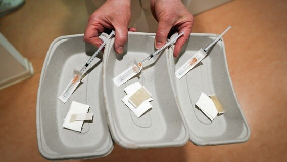 Three drawn-up injection syringes with the corona vaccine from Biontech / Pfizer can be seen in a general practice in Hamburg-Volksdorf.  © picture alliance / dpa Photo: Christian Charisius