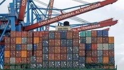 Ein Containerfrachter liegt in Hamburg am HHLA-Terminal Altenwerder. © dpa Fotograf: Axel Heimken