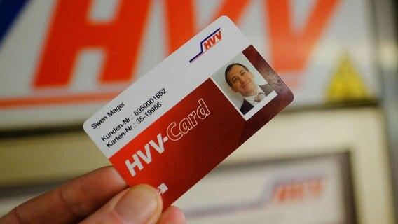 Eine elektronische Kundenkarte des HVV wird in Hamburg in die Kamera des