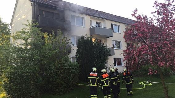 Jenfeld: Mehrfamilienhaus in Flammen