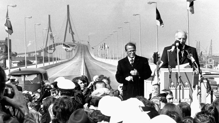 Bundespräsident Walter Scheel (rechts) bei der Einweihung der Köhlbrandbrücke am 20. September 1974 © dpa Fotograf: Wulf Pfeiffer