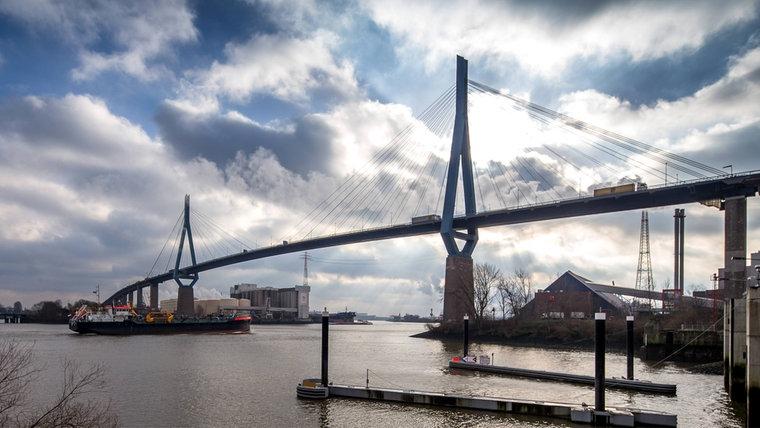 Die Köhlbrandbrücke im Hamburger Hafen