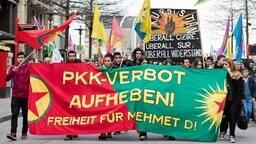 """Teilnehmer einer Demo gegen das Vorgehen der Türkei gegen die Kurden halten ein Transparent mit der Aufschrift """"PKK-Verbot aufheben!"""" hoch. © dpa Foto: Daniel Bockwoldt"""